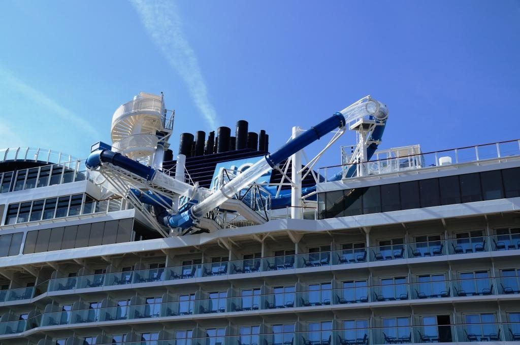 NCL Bliss The Loop Freefall Rutsche über das Deck