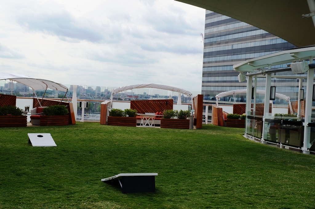 Celebrity Reflection Lawn Club mit echtem Rasen