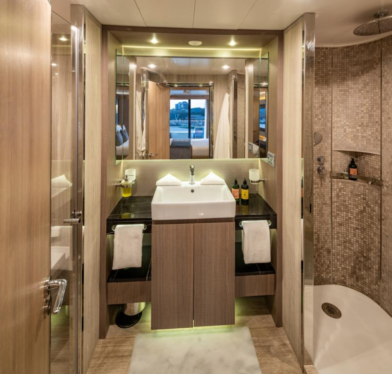 nicko cruises World Voyager VIP Suite Badezimmer